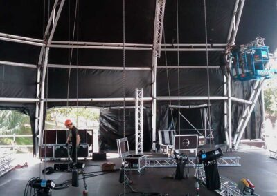 Festival con Rigging truss motores estructuras, Soluciones Técnicas de rigging y efectos verticales