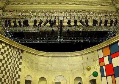 Representación teatral con Rigging truss motores estructuras, Soluciones Técnicas de rigging y efectos verticales